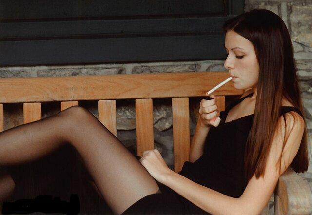 Сексуальность курящей девушки
